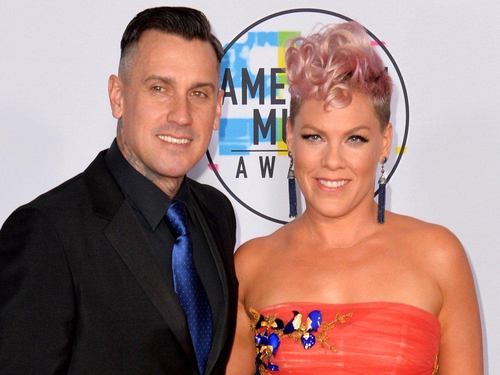 Wie geht es Pinks Ehemann Carey Hart nach der Nackenoperation?