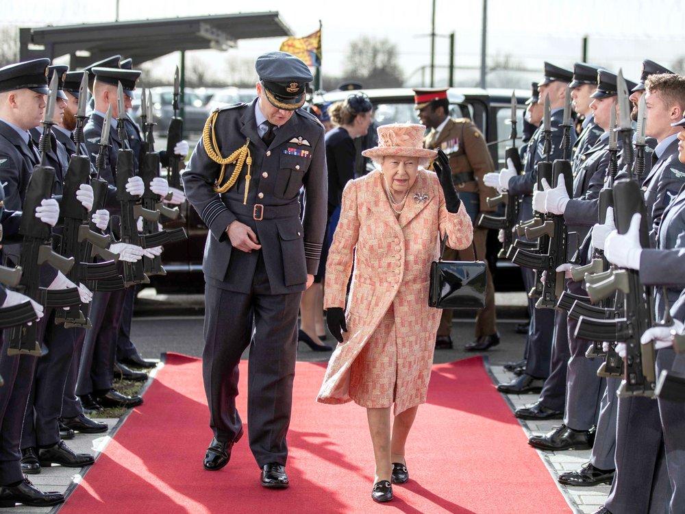 Darum arbeitet die Queen mit 95 noch