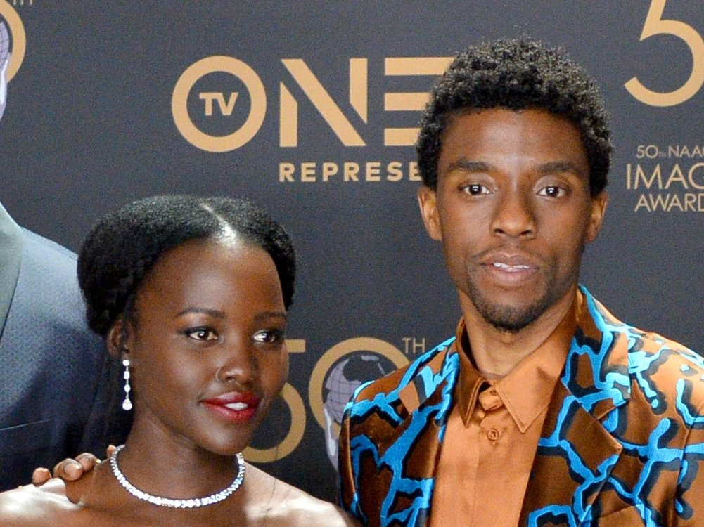 Zum ersten Todestag: Lupita Nyong'o zollt Chadwick Boseman Tribut