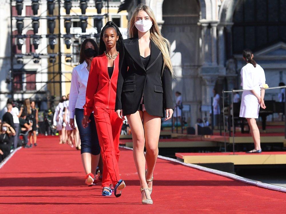 Heidi Klums Tochter Leni selbstsicher auf dem Laufsteg in Venedig