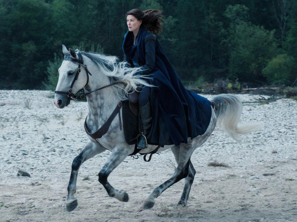 """""""Das Rad der Zeit"""": Erster Trailer zur Fantasy-Serie mit Rosamund Pike"""