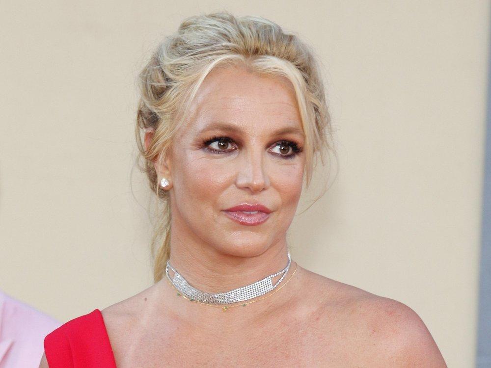 Schmerzhaft! Britney Spears ist in einen Nagel getreten