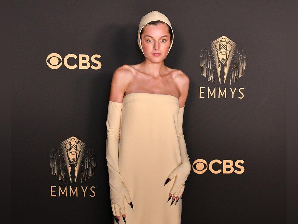 Emma Corrin mit Haube und Krallen bei den Emmy Awards