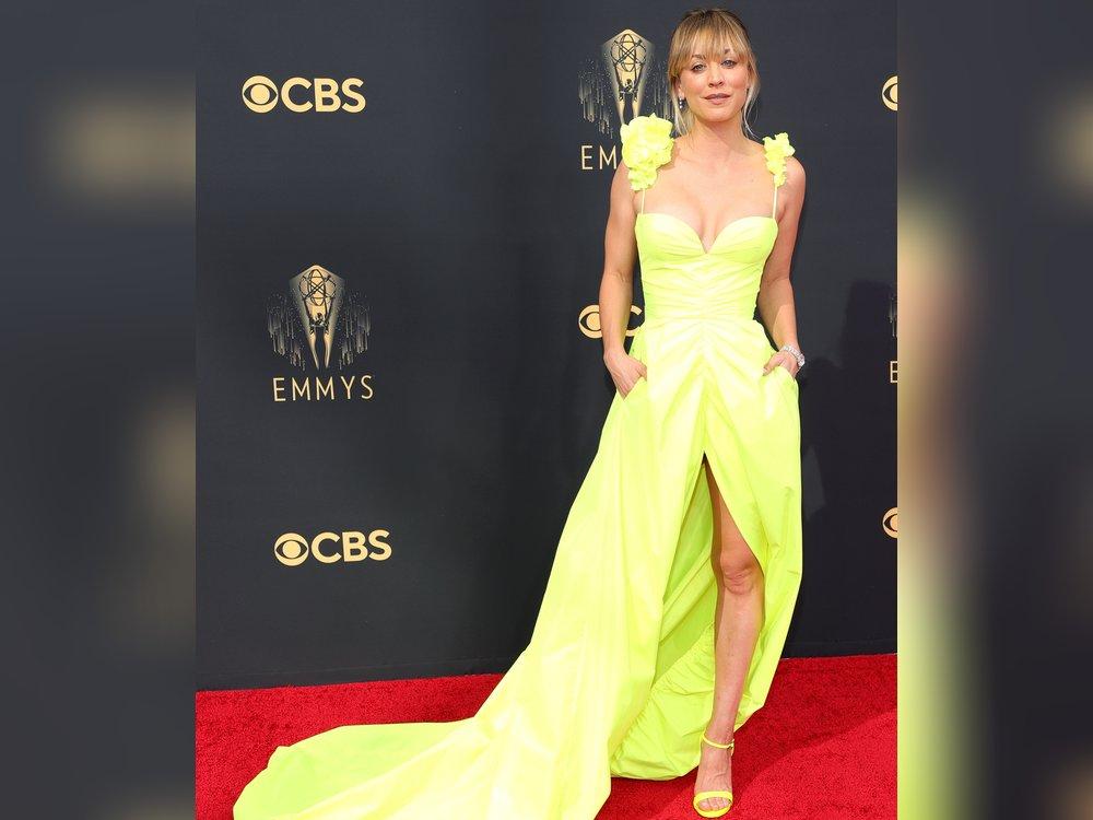 Kaley Cuoco: Farbenfroher Single-Auftritt bei den Emmys